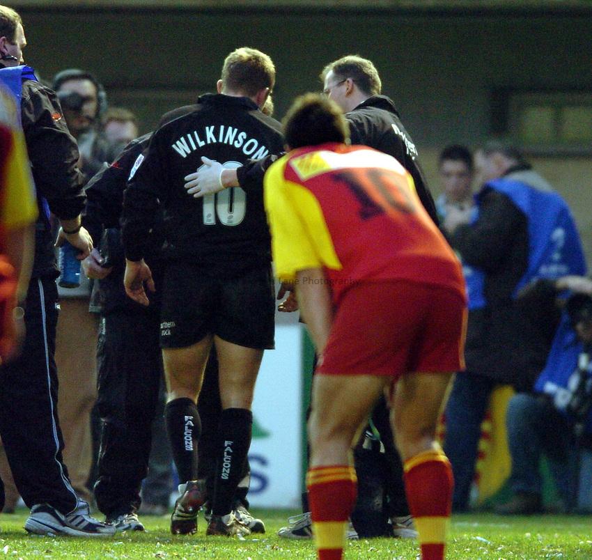 Photo. Henry Browne..Perpignan v Newcastle Falcons..Heineken Cup..08/01/2005..Jonny Wilkinson goes off injured..