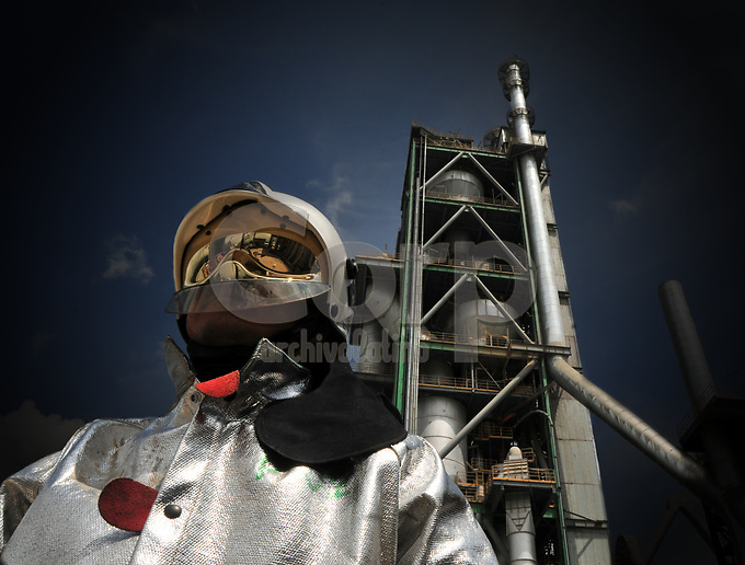 Traje de amianto para trabajos cerca del horno de la planta de cemento en Otavalo, Ecuador.