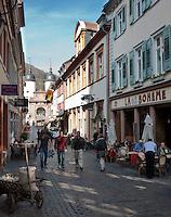 Germany, Baden-Wuerttemberg, Heidelberg: Cafes and restaurants at Steingasse lane, at background Old Bridge gate | Deutschland, Baden-Wuerttemberg, Heidelberg: Cafes und Restaurants in der Steingasse, am Ende das Brueckentor der Alten Bruecke