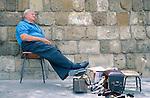 Nicosia, Nikosia, Strassenszene, street-life, Shoe-black, Schuhputzer, sleeping, schlafen, resting, Siesta, Cyprus, Zypern