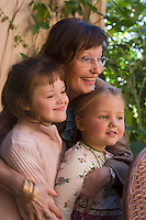 Afrique/Afrique du Nord/Maroc/Rabat: Hotel - Maison d'Hote Villa Mandarine repas dans le patio - Mme Claudie Imbert et ses petit enfants [Non destiné à un usage publicitaire - Not intended for an advertising use]
