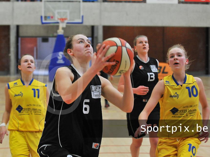 Beker Van Vlaanderen U19 meisjes ; Sint - Katelijne - Waver - Basket Lummen : Aline Verelst aan de bal voor Liselore Quintens (10)..foto VDB  / Bart Vandenbroucke