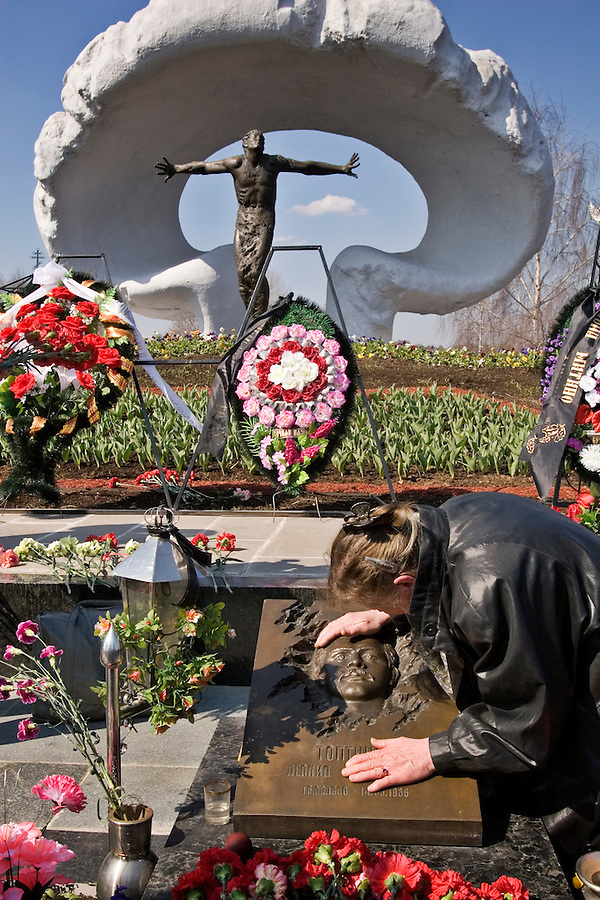 Moscow, Russia, 26/04/2006..The mother of Leonid Toptunov, a Chernobyl liquidator who died fighting the disaster, weeps at his grave on the twentieth anniversary of the explosion. Tthe graves of the 26 liquidators are encased in lead to prevent the escape of radiation..