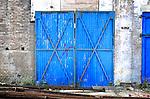 UTRECHT - Oude blauwe fabrieksdeuren in de Utrechtse wijk Hoograven waar binnenkort de uit 1915 daterende Neerlandia-terrein gesloopt wordt, om plaats te maken voor woningbouw. Een deel van de fabriek zal echter in de woonwijk worden opgenomen waaronder de schoorsteen die in stukken gezaagd wordt om verderop weer op te bouwen, en de monumentale gevel die een nieuwe functie krijgt. COPYRIGHT TON BORSBOOM