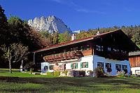 DEU, Deutschland, Bayern, Oberbayern, Berchtesgadener Land: bayerisches Bauernhaus vorm Untersberg | DEU, Germany, Bavaria, Upper Bavaria, Berchtesgadener Land: Bavarian farmhouse and Untersberg mountain