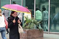 SAO PAULO, 30 DE JULHO DE 2012 - CLIMA TEMPO SP - Paulistano enfrenta garoa na Avenida Paulista, regiao central da capital, na tarde desta segunda feira. FOTO: ALEXADRE MOREIRA - BRAZIL PHOTO PRESS
