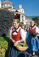 Italien, Suedtirol, Meran: Trachtenumzug waehrend des Traubenfestivals. Trachtengruppe mit riesiger Weintraube auf dem Umzugswagen   Italy, South-Tyrol, Alto Adige, Merano: parade in traditional costumes during wine festival, huge bunch of grapes