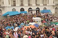 RIO DE JANEIRO, RJ, 17 SETEMBRO 2013 - GREVE DOS PROFESSORES MUNICIPAIS RJ  - A prefeitura não cumpriu o acordo de apresentação de um plano de carreira para os professores municipais com isso uma comissão esta negociando com o prefeito no Palácio da Cidade e o sindicato esta negociando com os professores se vai ao Palácio Guanabara acompanhar as negociações e decidir pela volta ou não da greve nessa terça 17. (FOTO: LEVY RIBEIRO / BRAZIL PHOTO PRESS)