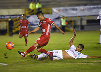 TUNJA -COLOMBIA, 9-02-2017.Omar Vasquez (Izq.) jugador de  Patriotas FC disputa el balón con Jhonathan Munoz (Der.) del Once Caldas durante encuentro  por la fecha 2 de la Liga Aguila I 2017 disputado en el estadio de  La Independencia./ Omar Vasquez (L) player of  Patriotas FC fights the ball agaisnt of Jhonathan Munoz (R) of  Once Caldas during match for the date 2 of the Aguila League I 2017 played at La Independencia  stadium . Photo:VizzorImage / César Melgarejo   / Cont