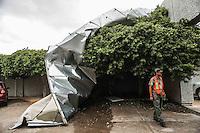 Debido a ráfagas de vientos que trajo el fenómeno tropical Newton dejo diversos destrozos durante la noche y madrugada de hoy en la capital de Sonora, como este espectacular ubicado en el banco Santander a la salida a bahía de Kino <br /> FotoLuisGutierrez/NortePhoto