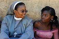 ZAMBIA Ndola township Nkwazig, HIV orphans / SAMBIA Ndola im Copperbelt, township Nkwazig, katholische Kirche betreibt ein Counselling Center fuer Aids Waisen und -kranke, Schwester Pascalena besucht eine Familie mit Aids Waisen, Maedchen Concilia 15 Jahre