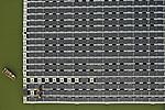 Foto: VidiPhoto<br /> <br /> BEMMEL – Van het grootste drijvende zonnepark van Europa in tuinbouwgebied Next Garden (voorheen Bergerden) bij Bemmel, worden donderdag tientallen kapotte zonnepanelen vervangen door personeel van de bouwer, Tenten Solar uit Lichtenvoorde. Tijdens de tornado van juni dit jaar raakte 650 panelen beschadigd, 10 procent van het totaal. Deels gebeurde dat door rondvliegend glas van de naastgelegen aardbeienkas en een ander stuk werd vernield doordat een van de drijvende velden omklapte en op de andere panelen terecht kwam. Deze en volgende week worden de laatste kapotte panelen vernieuwd. De 6150 zonnepanelen liggen op het  3 ha. grote gietwaterbassin dat de kassen in het gebied voorziet van sproeiwater. Eigenaar is Coöperatie Lingewaard Energie, een initiatief van 70 particulieren. De 'zonnevijver' voorziet 6000 huishoudens van stroom en is in 2018 in gebruik genomen.