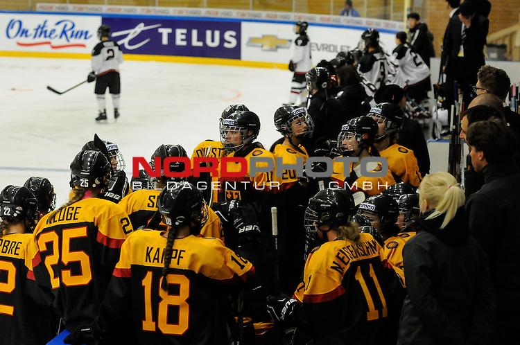 29.03.2015, Rosengards Ishall, Malm&ouml; , SWE, IIHF Eishockey Frauen WM 2015, Deutschland (GER) vs Japan (JPN), im Bild Comercial Break, ratlose und frustrierte Gesichter auf der deutschen Bank<br /> <br /> ***** Attention nur f&uuml;r redaktionelle Berichterstattung *****<br /> <br /> Foto &copy; nordphoto / Hafner