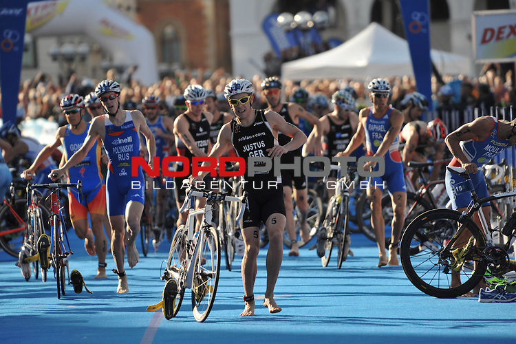 21.07.12, Hamburg-Innenstadt, Hamburg, GER, Triathlon, Dextro Energy Triathlon, ITU World Cup Men, im Bild Steffen Justus (GER) mit der Elite in der Wechselzone beim Wechsel vom Fahrrad zum Laufen//during championship at Hamburg 2012/07/21,Hamburg<br /> Foto &copy; nph/ Witke *** Local Caption ***