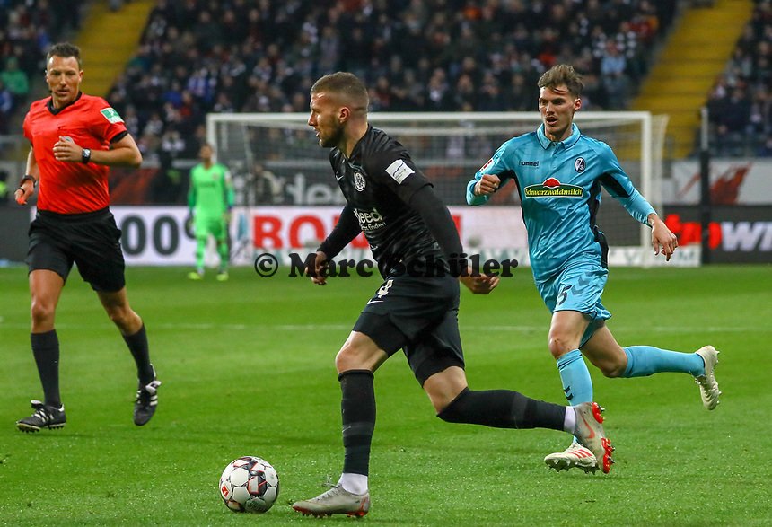 Ante Rebic (Eintracht Frankfurt) verfolgt von Manuel Gulde (SC Freiburg) - 19.01.2019: Eintracht Frankfurt vs. SC Freiburg, Commerzbank Arena, 18. Spieltag Bundesliga, DISCLAIMER: DFL regulations prohibit any use of photographs as image sequences and/or quasi-video.