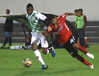 TUNJA  - COLOMBIA - 15-10-2015: Willianson Cordoba  del Boyaca Chico disputa el balon contra Christian Marrugo del  Independiente Medellin  durante partido aplazado de la octava fecha de la liga Aguila 2015 jugado en el estadio la Independencia.  / Willianson Cordoba del Boyaca Chico fights the ball against Christian Marrugo of Independiente Medellin postponed match  during the eigth round of the 2015 league Aguila played at Independence Stadium. Photo: VizzorImage / Cesar Melgarejo / Contribuidor