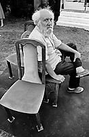 UNGARN, 14.07.1989.Budapest - VIII. Bezirk.Staatsbegraebnis von Janos Kadar (korrekt: J?nos K?d?r), Generalsekretaer der Kommunistischen Partei MSZMP auf dem Kerepesi Nationalfriedhof. Aufraeumen am Kommunistischen Pantheon, Ausruhen auf den VIP-Stuehlen auf dem roten Teppichs..State funeral of Communist Party (MSZMP) General Secretary Janos Kadar who died on July 6. Tidying up under way at the Kerepesi national cemetery's communist pantheon. Finally resting on VIP chairs on a red carpet..© Martin Fejer/EST&OST