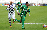 TUNJA -COLOMBIA, 24-08-2014. Juan Perez (Izq) jugador de Boyacá Chicó disputa el balón con Yonni Hinestrosa (Der) jugador de La Equidad durante partido por la fecha 6 de la Liga Postobón II 2014 realizado en el estadio La Independencia en Tunja./ Juan Perez (L) player of Boyaca Chico fights for the ball with Yonni Hinestrosa (R) player of La Equidad during match for the 6th date of Postobon League II 2014 at La Independencia stadium in Tunja. Photo: VizzorImage/Jose Miguel Palencia/STR