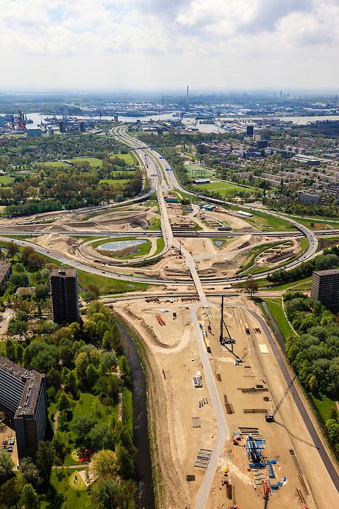 Nederland, Zuid-Holland, Vlaardingen-Schiedam, 09-05-2013; aanleg A4 Midden-Delfland, aansluiting op Knooppunt Kethelplein (A20 en A4). De nieuwe weg loopt tussen de wijken Holy-Zuid (Vlaardingen) en Groenoord (Schiedam), Nieuwe Maas en Rotterdam Botlek aan de horizon..Construction A4 between Delft and Rotterdam, connection to node Kethelplein (A20 motorway and A4). The new road runs between residential areas in Vlaardingen and Schiedam, Nieuwe Maas and Rotterdam Botlek on the horizon.luchtfoto (toeslag op standard tarieven).aerial photo (additional fee required).copyright foto/photo Siebe Swart