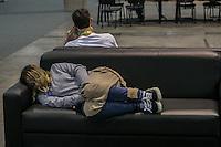 """SÃO PAULO, SP. 04.02.2015 - CAMPUS PARTY - """"Campuseiros"""" dormem em sofá Durante a oitava edição da Campus Party, no Expo Imigrantes, São Paulo, na tarde Desta quarta-feira, (4). Cerca de 8 mil pessoas estao acampadas este ano não Evento. (Foto: Renato Mendes / Brasil Photo Press)"""