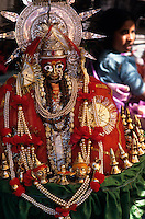 INDIA Karnataka, idol of Yellamma goddess, every year a festival takes place around the Yellamma temple in Saundatti and attracts thousand of pilgrims from villages, here is also practizised the Devadasi cult, where young girls are secretly dedicated to the hindu goddess Yellamma, most of the girls end in prostitution, pilgrim with yellow turmeric powder at procession at temple  / INDIEN Karnataka, Goettin Yellamma, jedes Jahr findet in Saundatti das Tempelfest zu Ehren der Goettin Yellamma statt, das Tausende Pilger aus den umliegenden Doerfern anzieht, hier wird der Devadasi Kult praktiziert, heimlich werden junge Maedchen der Hindu Goettin Yellamma geweiht, die Maedchen enden spaeter meistens in der Prostitution, Pilger bei Prozession am Tempel