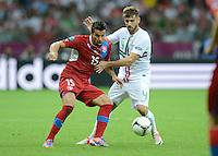 FUSSBALL  EUROPAMEISTERSCHAFT 2012   VIERTELFINALE Tschechien - Portugal              21.06.2012 Milan Baros (li, Tschechische Republik) Miguel Veloso (re, Portugal)