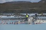 """Foto: VidiPhoto..GRINDAVÍK - The Blue Lagoon (de blauwe lagune"""") is een geothermisch bad in de buurt van Grindavík, zuidwest IJsland. Het bad, of eigenlijk een kunstmatig meer, ligt in een oud met mossen begroeid lavaveld. Het water heeft een temperatuur van 39 graden celsius en bevat ongeveer 2,5 procent zout. Het warme water is eigenlijk een bijproduct van de geothermische elektriciteitscentrale van Svartsengi. Het water is rijk aan mineralen, silicaten en blauwwieren die het een lichtblauwe kleur geven. Het bad trekt veel mensen met de huidziekte psoriasis omdat het water een helende werking zou hebben. Het bad is een van de grootste toeristische trekpleisters van IJsland. In juni 2005 is er bij de Blue Lagoon een erkend Medisch Centrum voor psoriasispatiënten geopend. De behandeling is uniek in de wereld, helemaal natuurlijk en zonder bijwerkingen.."""
