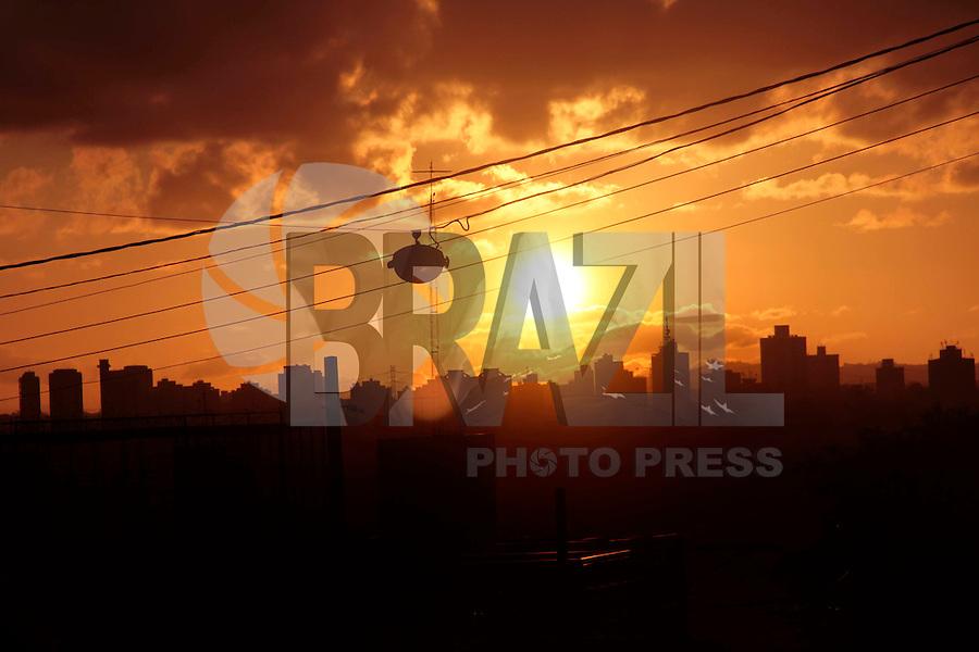 SAO PAULO, SP, 29 DE JANEIRO 2012 - CLIMA TEMPO - Fim de tarde nesse domingo no bairro de Pinheiros regiao oeste da capita paulista - FOTO: VANESSA CARVALHO - NEWS FREE.