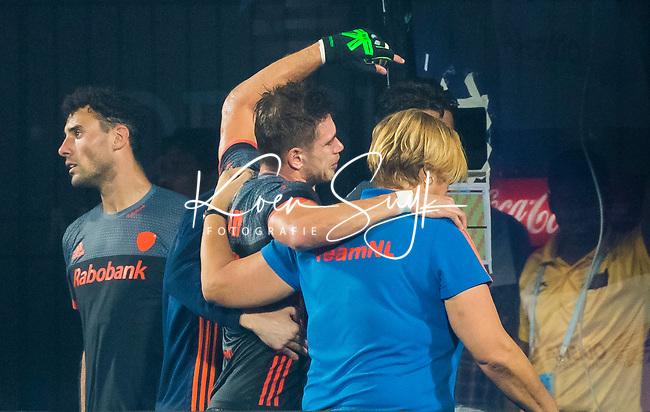 BHUBANESWAR (INDIA) -  Blessure bij Sander de Wijn (Ned)  tijdens Nederland-Canada (5-0) bij het WK Hockey heren.  links Glenn Schuurman (Ned) en rechts teamarts Conny van Bentum (Ned).  COPYRIGHT KOEN SUYK