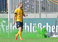 Fussball, 2. Bundesliga, Saison 2013/14, 34. Spieltag, Armina Bielefeld, Sonntag (11.05.14), Dresden, Gluecksgas Stadion. Dresdens Toni Leistner rennt waehrend einer Spielunterbrechnung an Rauchbomben vorbei zu den Fans.