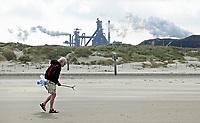 Nederland -  Velsen - 2019.     Boskalis Beach Cleanup Tour. In de zomer van 2019 wordt de hele Noordzeekust weer schoon dankzij de Boskalis Beach Cleanup Tour van Stichting De Noordzee. Dit wordt gedaan om om te laten zien hoeveel afval er op de stranden ligt en in zee terechtkomt. De plasticsoep zorgt ervoor dat er jaarlijks meer dan 1 miljoen zeedieren sterven. Op de achtergrond Tata Steel.       Foto mag niet in negatieve / schadelijke context voor de gefotografeerde persoon worden gepubliceerd.   Foto Berlinda van Dam / Hollandse Hoogte