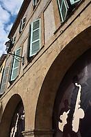 Europe/France/Midi-Pyrénées/32/Gers/Marciac:  Arcades des maisons de la place de la Bastide  pendant le Festival de jazz