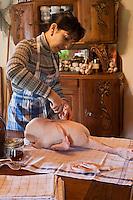 Europe/France/Midi-Pyrénées/32/Gers/Seysses-Savès: Catherine Mior apprend la découpe d'un canard gras à ses hôtes  au  Moulin d'Encor - Chambre d'Hôte, Table d'Hôte
