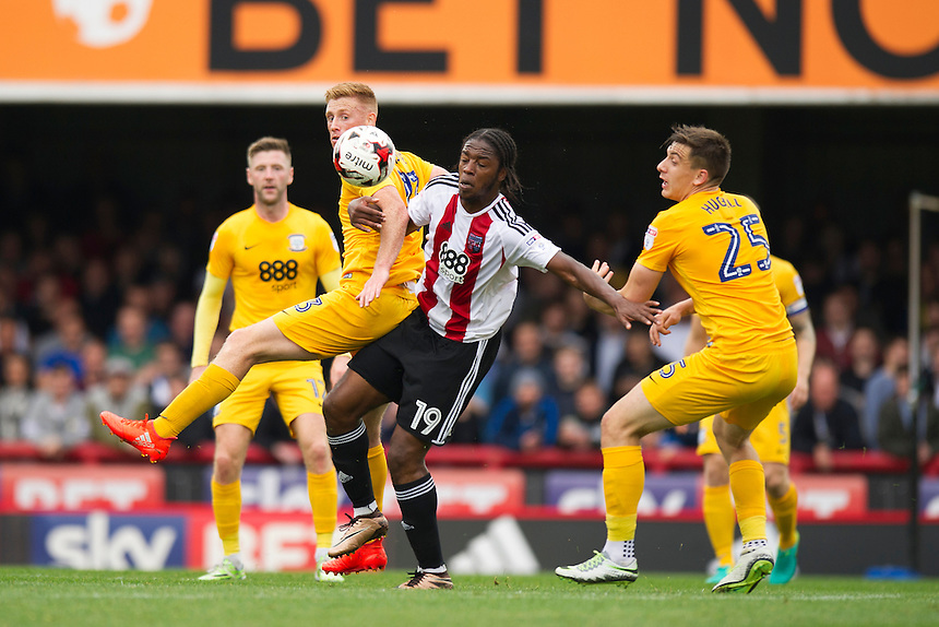 Preston North End's Eoin Doyle battles for possession with Brentford's Romaine Sawyers<br /> <br /> Photographer Ashley Western/CameraSport<br /> <br /> The EFL Sky Bet Championship - Brentford v Preston North End - Saturday 17 September 2016 - Griffin Park - London<br /> <br /> World Copyright &copy; 2016 CameraSport. All rights reserved. 43 Linden Ave. Countesthorpe. Leicester. England. LE8 5PG - Tel: +44 (0) 116 277 4147 - admin@camerasport.com - www.camerasport.com