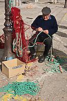 Europe/France/2A/Corse du Sud/Ajaccio:  Sur le port de pêche,les pêcheurs ravaudent les filets de pêche [Non destiné à un usage publicitaire - Not intended for an advertising use]