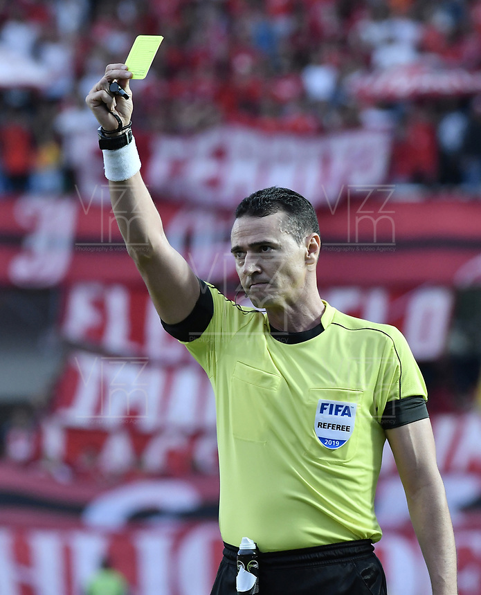 CALI - COLOMBIA, 21-04-2019: Wilmar Roldan, árbitro, durante partido por la fecha 17 de la Liga Águila I 2019 entre América de Cali y Millonarios jugado en el estadio Pascual Guerrero de la ciudad de Cali. / Wilmar Roldan, referee, during the match for the date 17 as part of Aguila League I 2019 between America Cali and Millonarios played at Pascual Guerrero stadium in Cali. Photo: VizzorImage / Gabriel Aponte / Staff