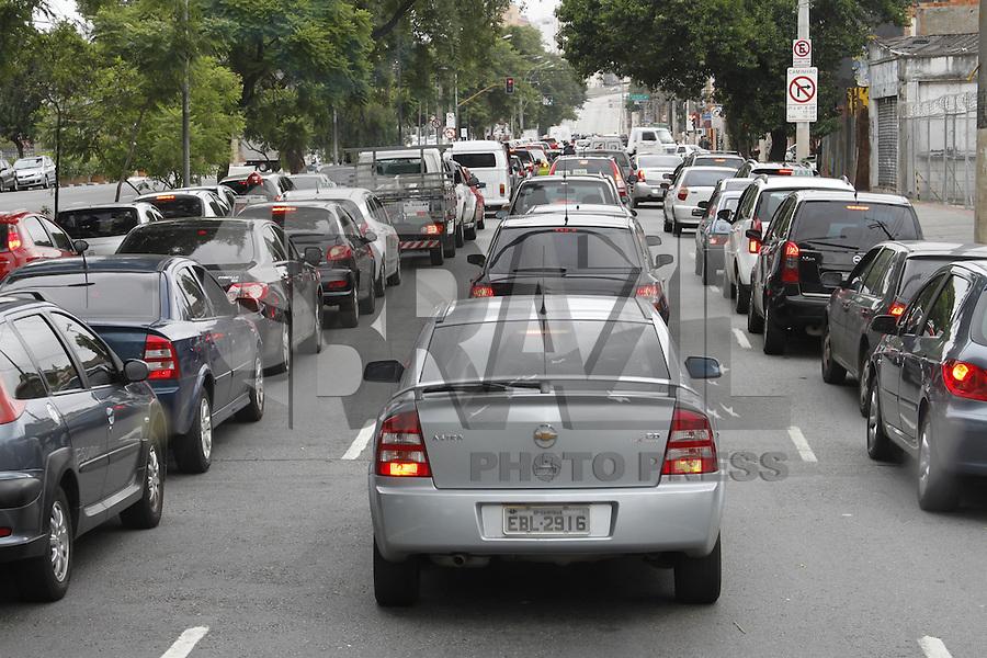 ATENCAO EDITOR FOTO EMBARGADA PARA VEICULOS INTERNACIONAIS - SÃO PAULO, SP, 21 JANEIRO DE 2013  - TRANSITO SP - Motoristas enfrentam transito carregado na Av Rudge sentido centro. Vias  interditadas com desvio para onibus e caminhões na altura do número 500, na manhã dessa segunda-feira, 21, zona central da capital - FOTO: LOLA OLIVEIRA - BRAZIL PHOTO PRESS
