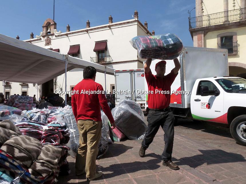 Querétaro, Qro. 7 de noviembre de 2014. Concluyó hoy el acopio de cobijas, por lo que los donativos se concentraron hoy en Plaza de Armas para ahí ser transportados a un almacén. Las cobijas serán repartidas hasta la próxima semana, por parte de voluntarios del DIF, IMSS y Protección Civil.