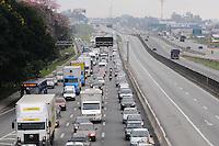 SANTOS, SP, 08 MARÇO 2013 - Acidente entre caminhoes na Rodovia Dutra km 222 sentido Sao Paulo Pista expressa na manhã desta sexta-feira, 08. (FOTO: ADRIANO LIMA / BRAZIL PHOTO PRESS).