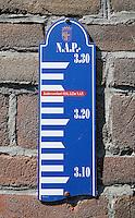 Spakenburg- Bordje op de muur geeft de stand aan van het water  bij de Zuiderzeevloed in 1916. 3,25 m. bover NAP.