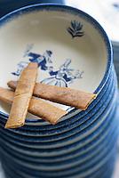 Europe/France/Bretagne/29/Finistère/Quimper : crêpes dentelle faites à la main chez Quimper-Styvell et faïence de Quimper