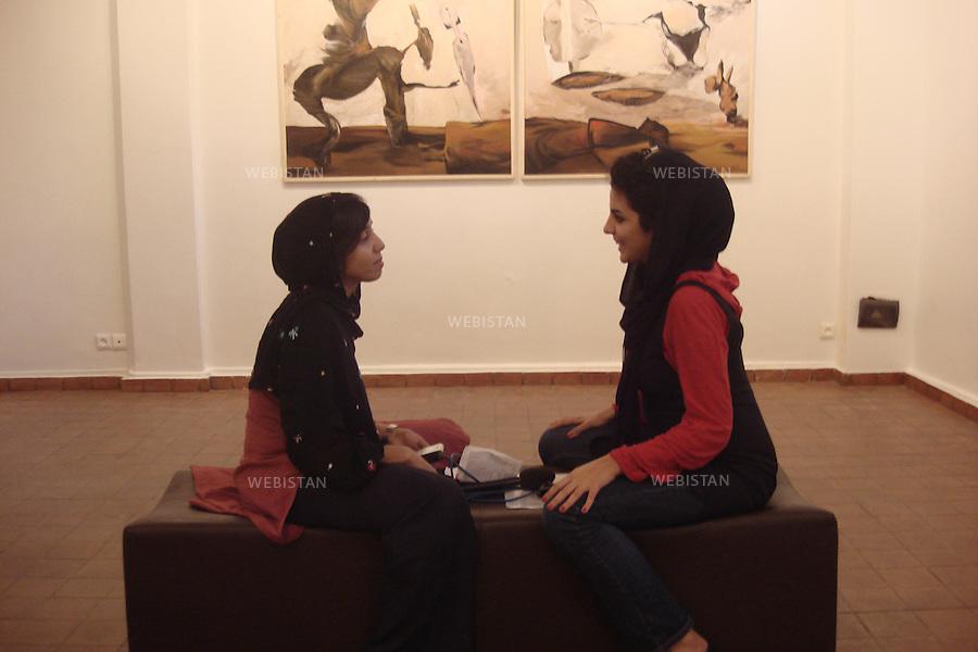 Iran. Tehran. Two young female Iranian artists in a painting gallery in Tehran. Iran. Teheran. Deux jeunes artistes iraniennes dans une galerie de peinture a Teheran.