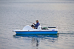 Polańczyk. 2012-09-15. Wędkarz na Jeziorze Solińskim