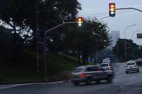SAO PAULO, 11 DE JUNHO DE 2012 - SEMAFOROS DESLIGADOS SP - No cruzamento da Av Rubem Berta com a Jose Maria Withaker, devido a queda de raios no inicio da tarde varios semaforos nao funcionam na regiao da Vila Mariana, zona sul da capital, nesta segunda feira. FOTO: ALEXANDRE MOREIRA - BRAZIL PHOTO PRESS