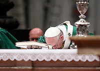 Papa Francesco celebra la messa per l'apertura del Sinodo dei vescovi, nella Basilica di San Pietro, Citta' del Vaticano, 4 ottobre 2015.<br /> Pope Francis celebrates a mass for the opening of the Synod of bishops in St. Peter's Basilica at the Vatican, 4 October 2015. <br /> UPDATE IMAGES PRESS/Isabella Bonotto<br /> <br /> STRICTLY ONLY FOR EDITORIAL USE