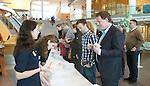 UTRECHT - KNHB Hockeycongres 2016.  Het aanmelden bij de medewerkers van de KNHB. Foto Koen Suyk.