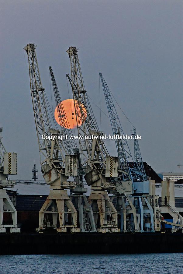 Mond hinter Portalkran bei Schuppen 50 : EUROPA, DEUTSCHLAND, HAMBURG, (EUROPE, GERMANY), 22.01.2008: Mond hinter Portalkran bei Schuppen 50