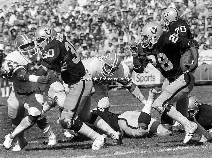 OAKLAND RAIDERS Clarence Davis running with blocker Mark van EEghen. (1977 photo/Ron Riesterer)