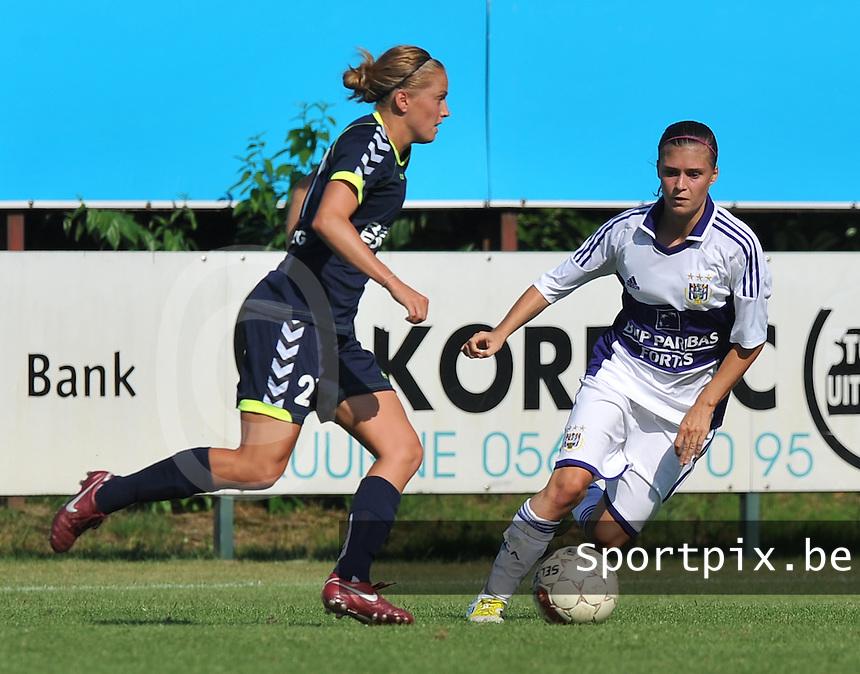 RSC Anderlecht Dames : Elli Reed van Duisburg aan de bal voor Anaelle Wiard.foto DAVID CATRY / Vrouwenteam.be