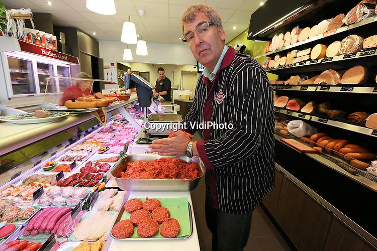 Foto: VidiPhoto..BUNNIK - Gildeslager Henk Lotgering uit Bunnik is helemaal klaar voor de Nationale Burgerdag op 19 maart. De Utrechtse topslager speelt handig in op de Dag van de Burger, die de overheid op de derde dinsdag van maart organiseert en haar belangrijkste klant, de burger, extra positief benadert. Ook voor de klanten van Lotgering is het dan Burgerdag, met extra lekkere 'hamburgers' in de aanbieding. Lotgering, die met zijn vleeswaren al diverse keren in de prijzen is gevallen, maakt zijn 'hamburgers' van Hollandse buitenrunderen, op smaak gebracht volgens een geheim recept van de vakslager zelf. De actie met vleesburgers is bedacht door Boerenfluitjes, een organisatie die via nieuwe media boeren met burgers verbindt. Boerenfluitjes wil met verhalen van Nederlandse boeren het koopgedrag van consumenten veranderen..
